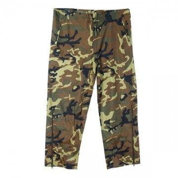 Pantalón impermeable de camuflaje.