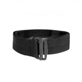 Cinturón con cierre por hebilla metálica. Negro.