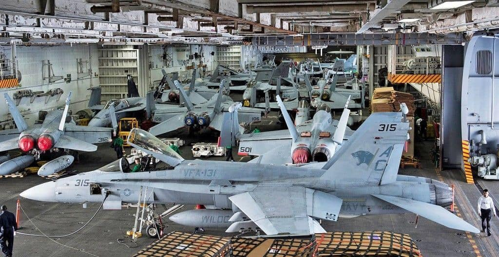 Dentro del portaaviones USS Dwight D. Eisenhower