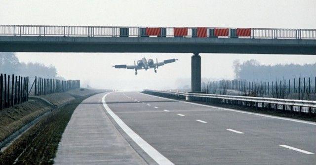 Aviones de combate en autopistas