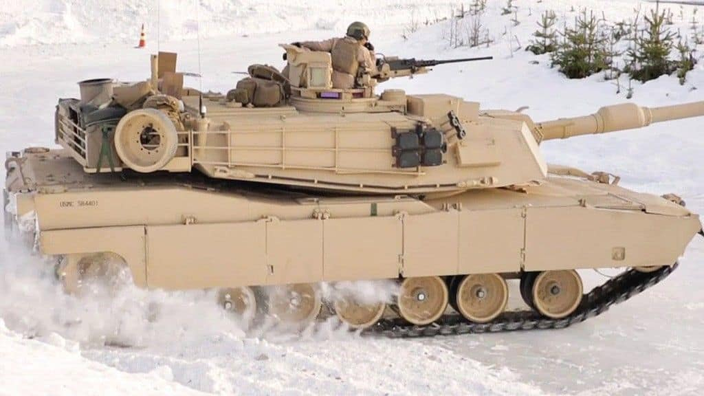 Carros de combate haciendo derrapajes sobre nieve!
